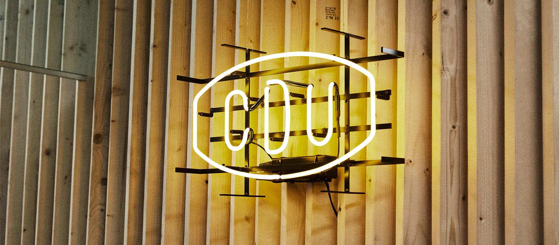 CDU入口付近のネオンサイン